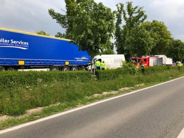 Bestelwagen rijdt in op geparkeerde vrachtwagen