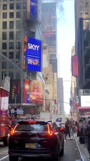 Groot reclamedisplay schiet in brand op Times Square
