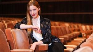 """Clara De Decker schittert náást het podium als vliegende reporter tijdens Koningin Elisabethwedstrijd: """"In de wagen mag Justin Timberlake op"""""""