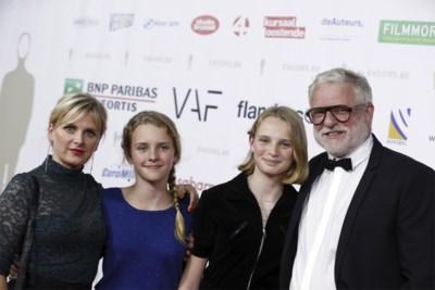 En dan vermoord je je dochters, voor een volle zaal: acteurs Filip Peeters en An Miller spelen met eigen kinderen familiedrama na in theater