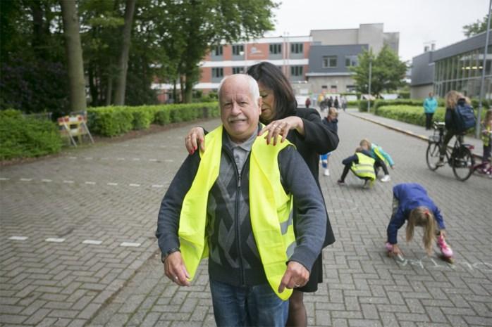 """Herman (70) leidt eerste schoolstraat elke dag in goede banen: """"Als ik thuis zit, voel ik me verloren"""""""