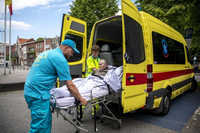 """Vrouw (79) met ambulance naar stadsloket: """"En u moet ook uw identiteitskaart zelf komen ophalen"""""""