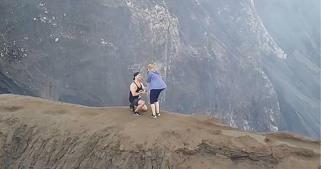 Reisblogger vraagt vriendin spectaculair ten huwelijk op vulkaan