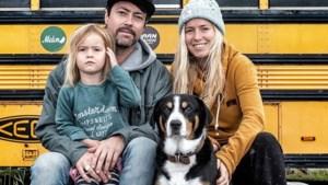 Don't Worry Be Happpy: Valerie en Tim laten binnenkijken in hun schoolbus die dient als woonst