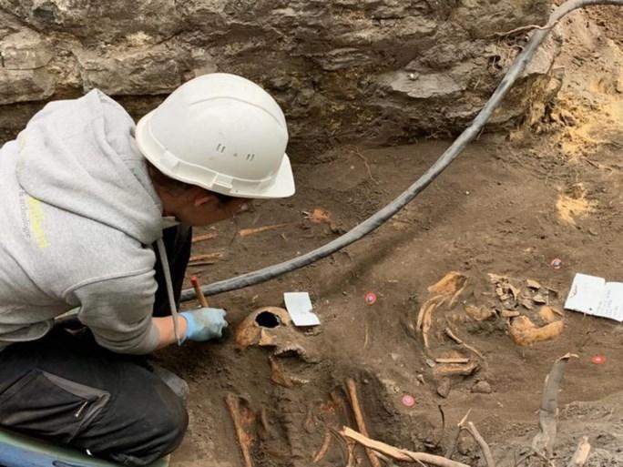 """Archeologen vinden """"schatkamer van kennis over ontstaan van Gent"""" aan Sint-Baafskathedraal"""