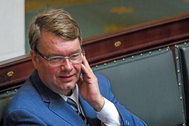 Jan Penris (Vlaams Belang) geeft 'per ongeluk' hartje aan Hitlergroet