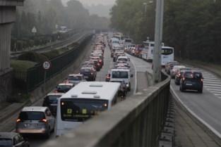 Vrachtwagen verliest lading aan Hermann-Debrouxviaduct