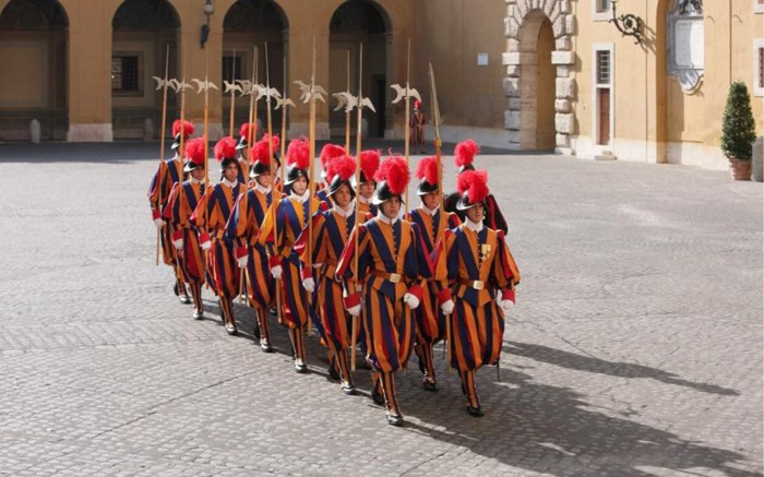 """Het oudste en kleinste leger ter wereld dreigt nóg kleiner te worden: """"Het waren nogal middeleeuwse toestanden"""""""