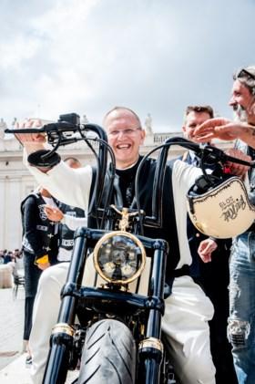 De nieuwe pausmobiel? Franciscus krijgt een Harley Davidson cadeau (inclusief crucifix, doornenkrans en goudkleurige spaken)