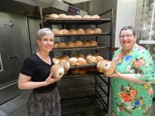 Bakker verkoopt boezembrood om borstkankerpreventie - en zieke medewerkster - te steunen