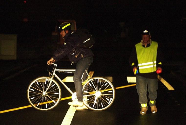 Fietsers met geel hesje lopen 's nachts meer risico op ongeval