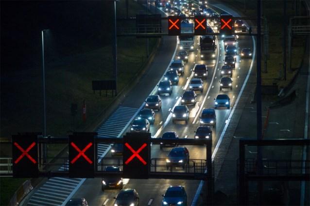 E313 volledig afgesloten in Geel-Oost na ongeval met vrachtwagens