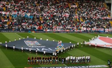 Engeland en Nederland zetten meteen de toon bij volksliederen: uit volle borst en met de steun van hun fans