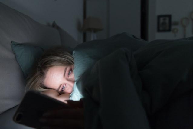 Waarom vooral vrouwelijke studenten 's nachts minder goed slapen door hun smartphone