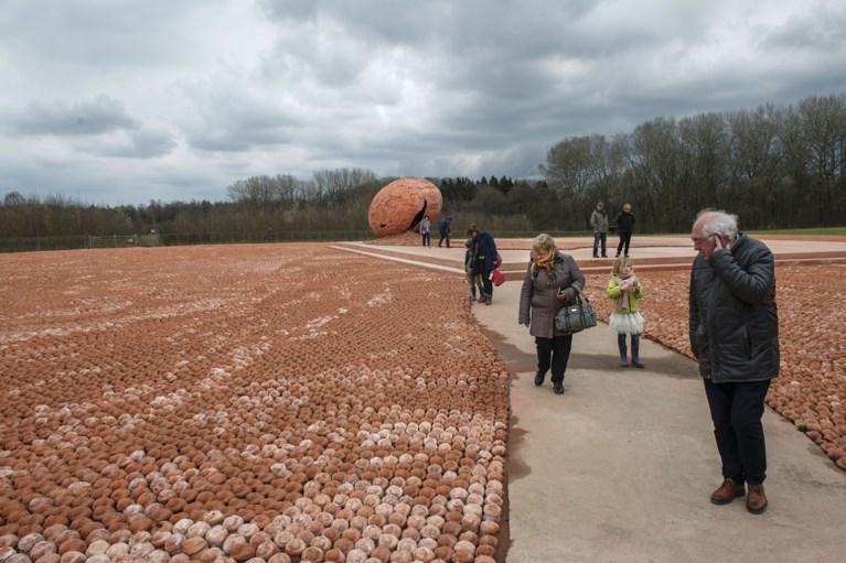"""Beeldjes van kunstwerk Koen Vanmechelen gedumpt op containerpark: """"Dit is zo erg"""""""