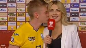 Ploegmaat (en lookalike) van Kevin De Bruyne verrast journaliste in live-interview met ongevraagde kus in de nek