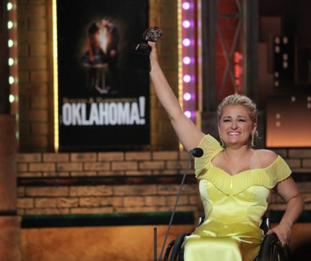 """Actrice in rolstoel schrijft geschiedenis met eerste 'Oscar van de musical': """"Deze prijs is voor elk kind met een handicap"""""""