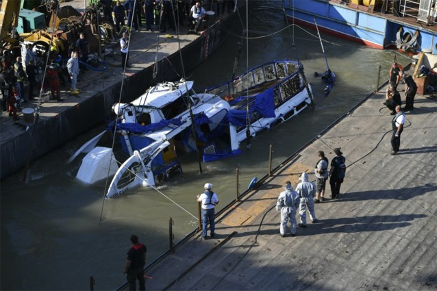 Politie haalt gezonken boot in Boedapest uit het water