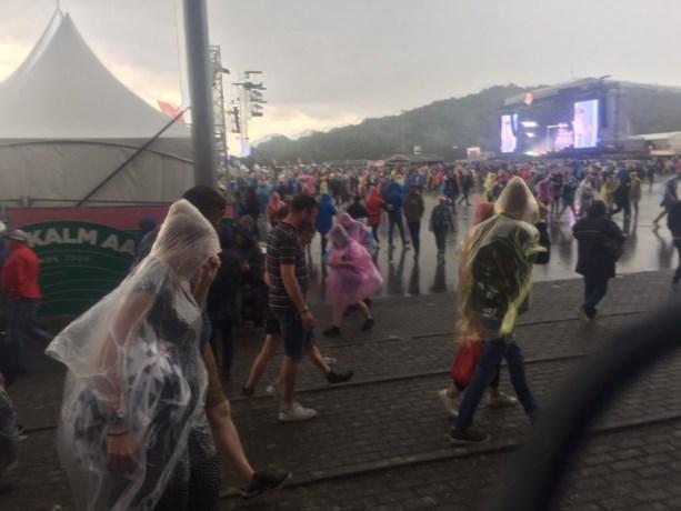 Wateroverlast en modderstromen door hevige neerslag in ons land, feesteditie van Pinkpop regent uit