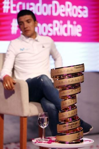 Giro-winnaar Carapaz krijgt warme ontvangst in Ecuador: duizenden fans juichen nationale held toe in optocht