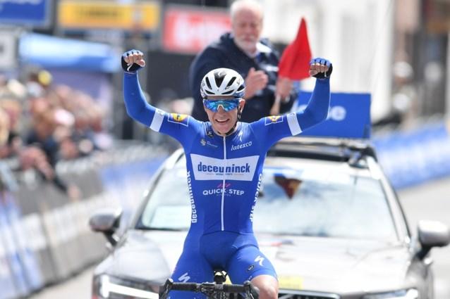 Eerste profzege Remco Evenepoel is een feit! En hoe? Toptalent wint solo tweede etappe Belgium Baloise Tour
