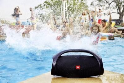 Een zomer vol zon, een zwembad én muziek: deze spetterende speakers kunnen jou bij dat laatste helpen