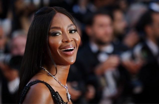 Naomi Campbell gaat uit de kleren voor Vogue