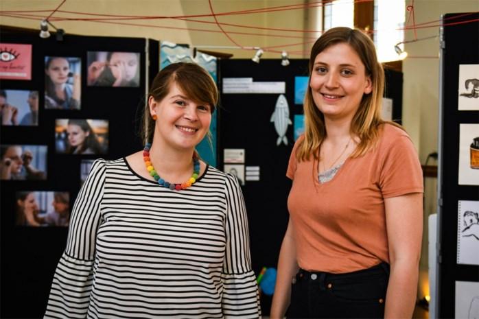 Tinder en speeddaten beu? Margot (28) en Elisa (27) brengen singles samen tijdens stadsversie van 'De Mol'