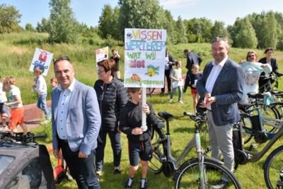 Kinderen zingen voor het klimaat, burgemeesters luisteren en tekenen klimaatcharter