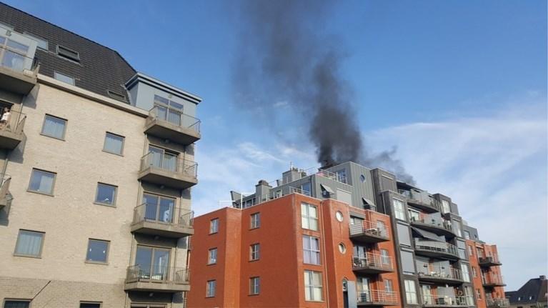 Dertig bewoners geëvacueerd door brand in parkeergarage: rookpluim ver zichtbaar