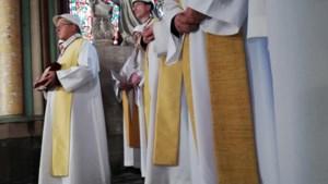 Priesters met helmen houden eerste misviering sinds brand in Notre-Dame