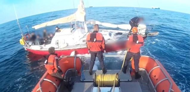 Twee opvarenden van stuurloze zeilboot met Albanese transmigranten aangehouden op verdenking van mensensmokkel