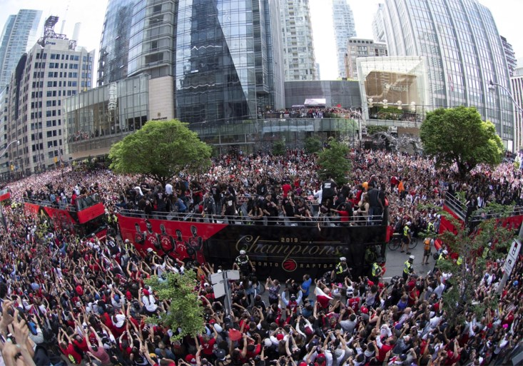 Schietincident zorgt even voor paniek bij 2 miljoen fans maar parade van NBA-kampioen door Toronto gaat gewoon door