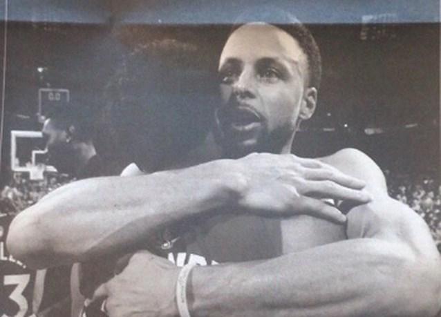 Klasse: Golden State Warriors feliciteren tegenstander met paginagrote advertentie in de krant