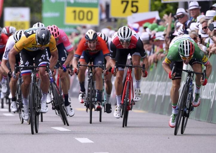 Elia Viviani haalt zijn gram en klopt in Zwitserland Michael Matthews en Peter Sagan in de sprint