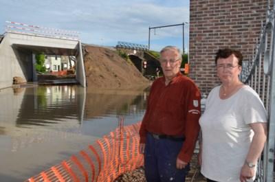 Aannemer vergeet gleuf te graven bij werken aan brug: één stortbui later bedreigt modder en water het huis van Etienne en Martine