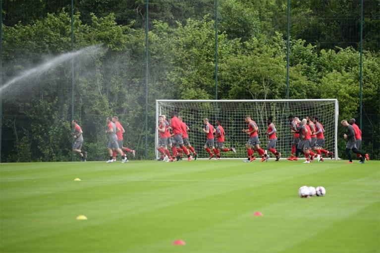 Michel Preud'homme verwelkomt 22 spelers op eerste training van Standard, met Mbaye Leye naast zich als nieuwe assistent