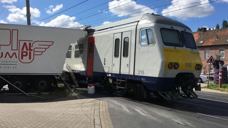 Aanrijding tussen trein en vrachtwagen in Deerlijk: drie lichtgewonden