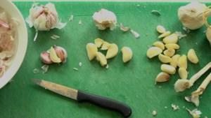 Unieke manier om knoflook te pellen gaat viraal: Maar werkt het ook echt? Wij deden de test