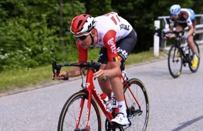 """Tiesj Benoot zit na huiveringwekkende crash op schema voor de Tour: """"Mijn rechterbeen was een kwart dunner"""""""