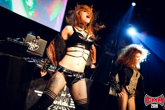 Dansende vrouwen in leer, kooien en karaoke: dit is waar het 's nachts gebeurt op Graspop
