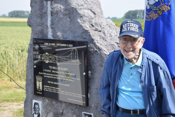 """Oorlogsveteraan Henry (95) keert terug naar plaats waar bommenwerper crashte: """"Als ik hier ben, voel ik me niet ziek"""""""