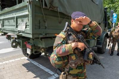 """Dik geklede militairen over 'zweten voor het vaderland': """"Tijdens pauze gaat alles uit en koelen we af voor de airco"""""""