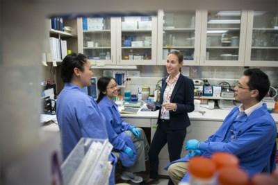 """Ooit in de leer bij Belgische alzheimerexperte, nu neemt ze haar labo over: """"Ik geloof er rotsvast in: we kunnen deze ziekte genezen"""""""