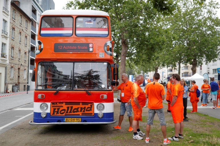 Oranje-legioen neergestreken in Rennes voor 1/8e finale op WK Vrouwenvoetbal: gekke outfits, polonaises en veel vertrouwen
