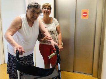 """Senioren zitten al week opgesloten in appartement door kapotte lift: """"In de gevangenis zouden ze beter af zijn"""""""