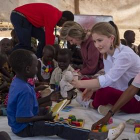 """Niet koningin Mathilde, maar kroonprinses Elisabeth eist alle aandacht op tijdens missie in Kenia: """"Zeg maar juffrouw"""""""