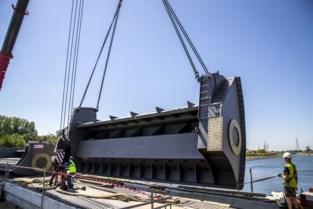 Kranen hijsen stalen stuwsegmenten van 40 ton op Schelde
