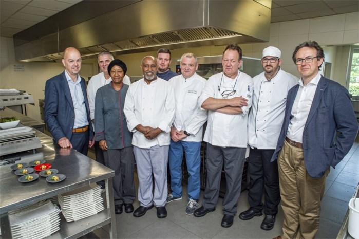 Tweesterrenchef leert personeel sociaal project koken op culinair niveau