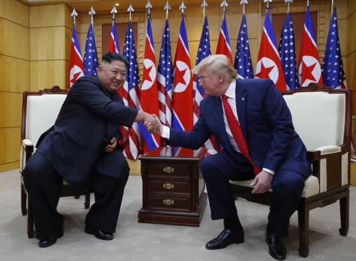 """President Trump schudt Kim Jong-un de hand bij ongeplande ontmoeting in gedemilitariseerde zone: """"Over die lijn stappen was een grote eer"""""""